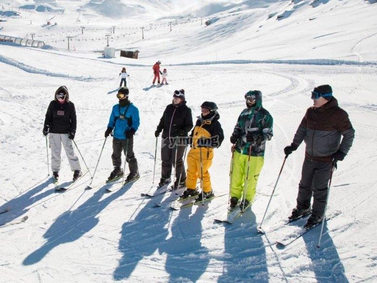 内华达山脉的滑雪学生组