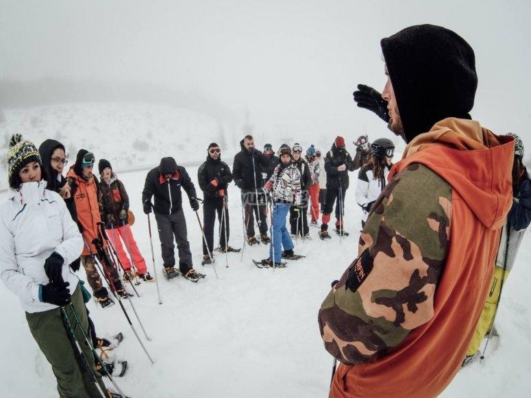 Instructor con el grupo de raquetas de nieve