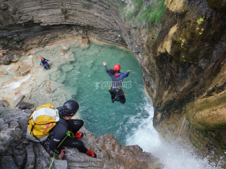 Saltos a pozas con metros de profundidad