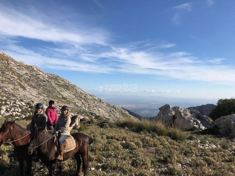 Disfrutando de las vistas subidos al caballo