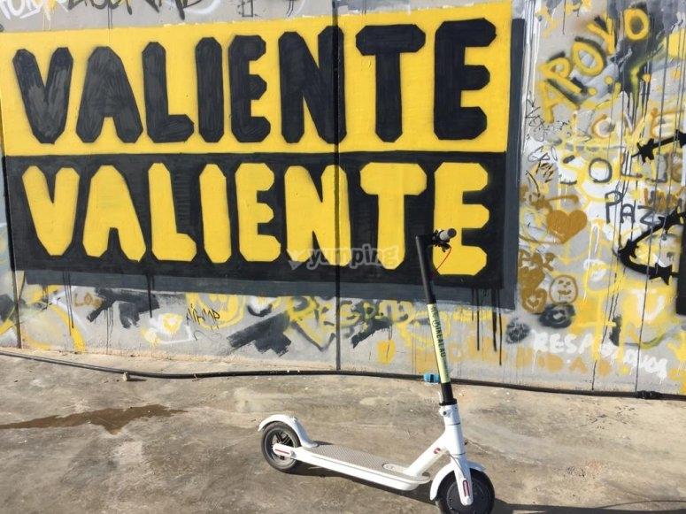 Scooter vicino al muro
