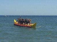 Amigos disfrutando de una ruta de banana boat