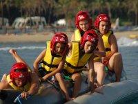 Practicando banana boat por Playa del Padrón