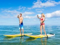 Coppia che cammina in Stand Up Paddle
