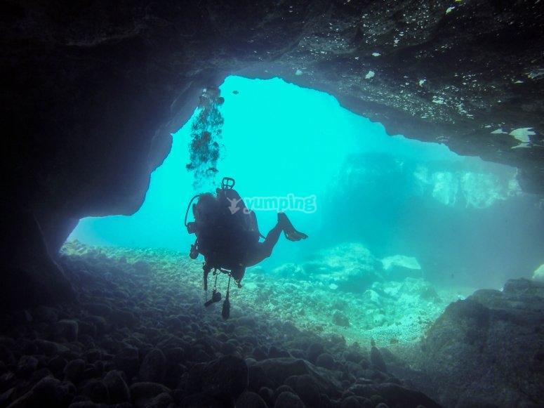 Entrando en una cueva submarina