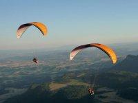 在阿维亚一次滑翔伞飞行2人