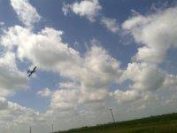 在飞机中的云层下