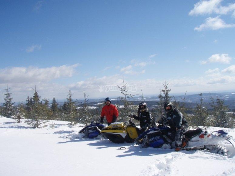 三个人在雪地车上