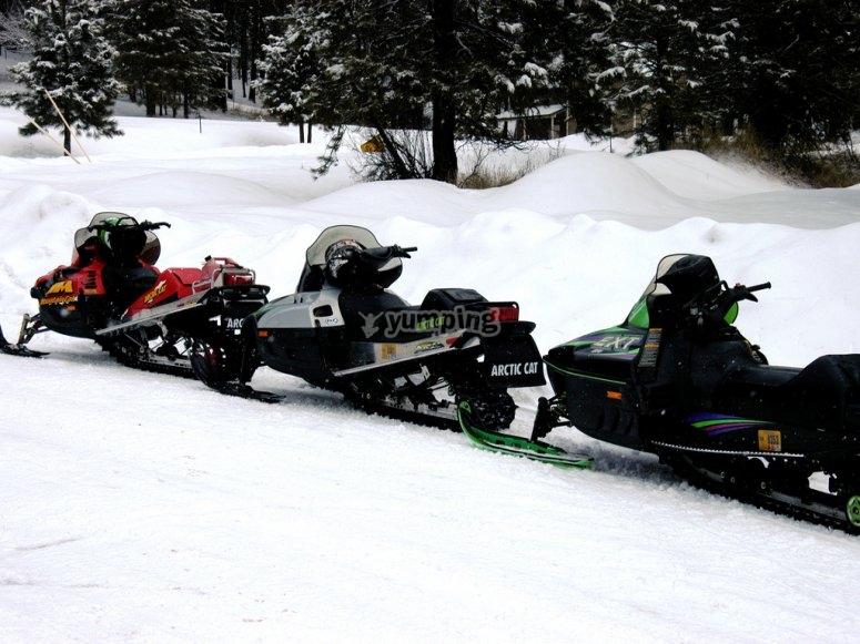 路线上的雪地车