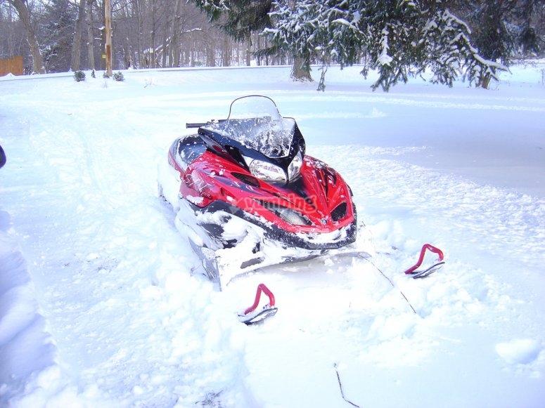 红色雪地车