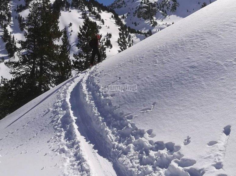 带雪靴的道路
