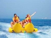 Disfrutando en familia de un paseo en banana boat