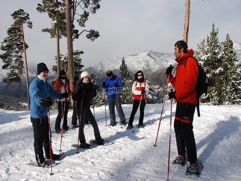 Ruta raquetas nieve en grupo
