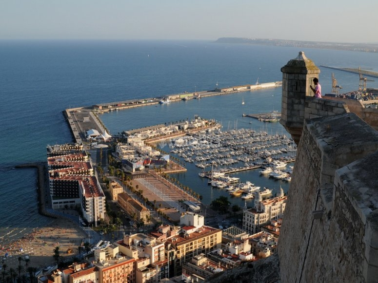 Vista sul porto di Alicante dal Castillo