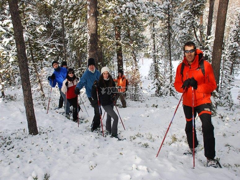 在白雪皑皑的小路上跑步