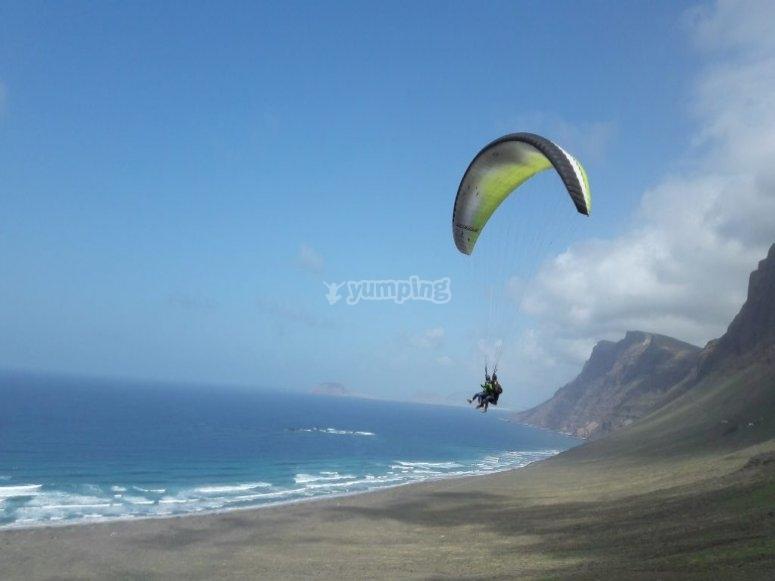 Aterrizando en la playa con el parapente