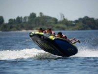 Chicos volando sobre el agua