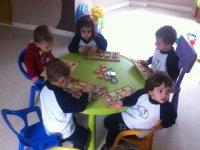 ninos jugando a juegos de mesa
