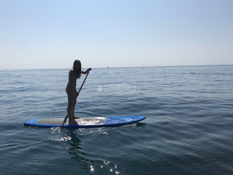 年轻人练习桨板冲浪