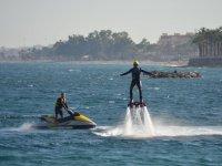 Recibiendo el impulso de la moto nautica
