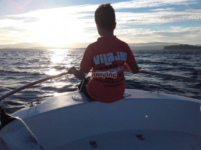 Contemplando el mar desde la lancha