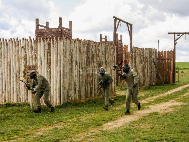 Disparando en el poblado indio