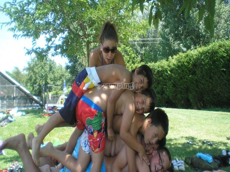 actividades en la piscina en el campamento