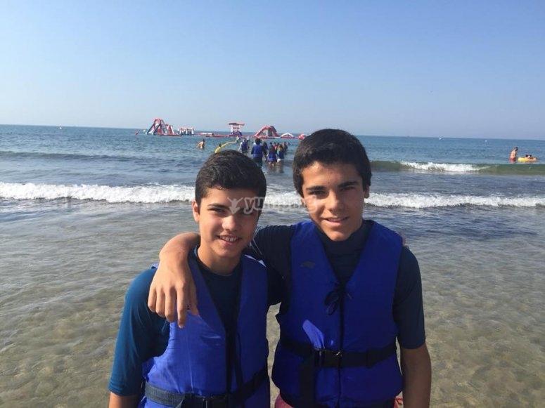 Amigos en la playa de Cambrils