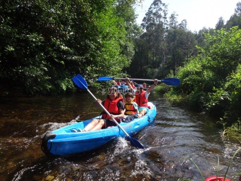 En una canoa de 3 plazas