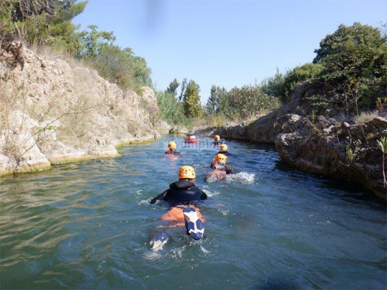 溪谷间的游泳