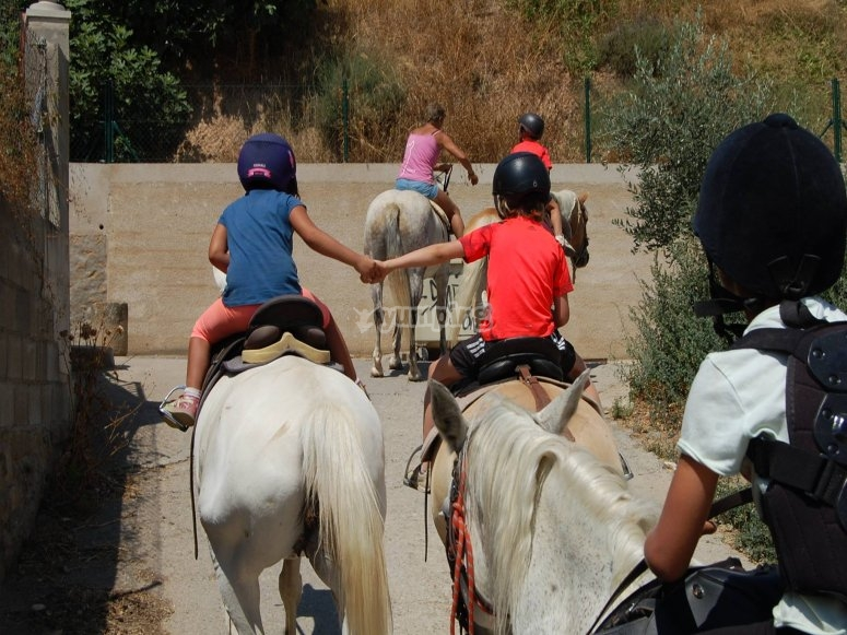 Peques de la mano a caballo