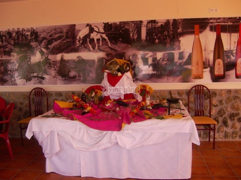 用斗牛图案装饰的餐桌