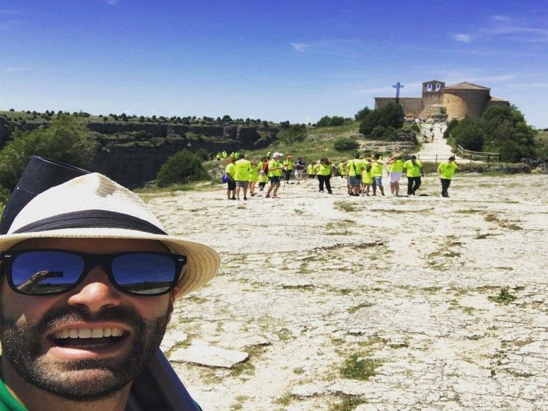 Grupo de amigos haciendo senderismo en las Hoces del Duraton