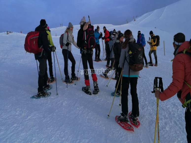 Grupo equipado con raquetas de nieve y palos