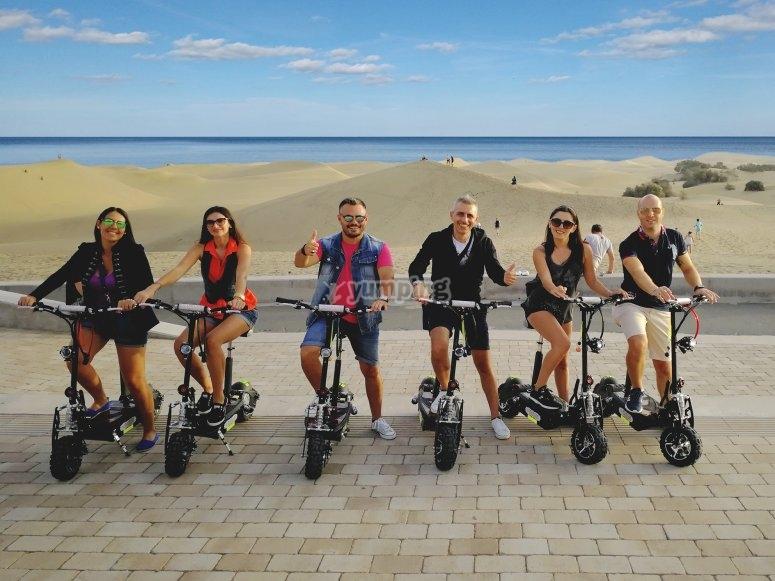 一群朋友上传到电动踏板车