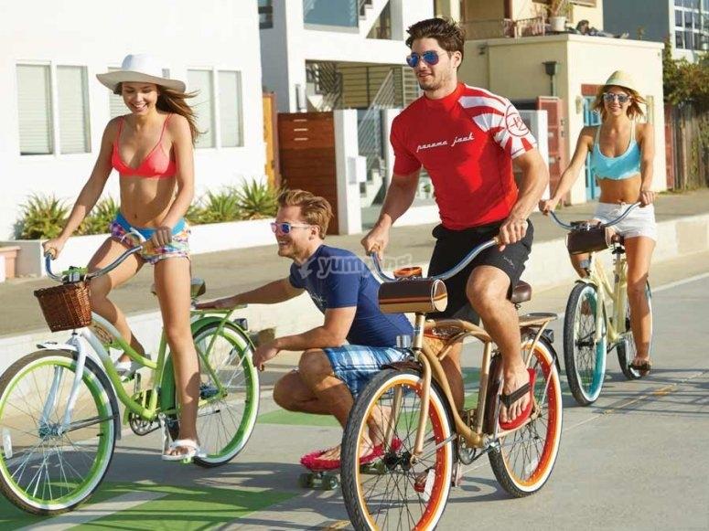 Familia paseando en bici por Canarias