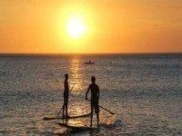 persigue la puesta de sol haciendo paddle surf