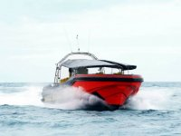 Barco acelerando en el mar
