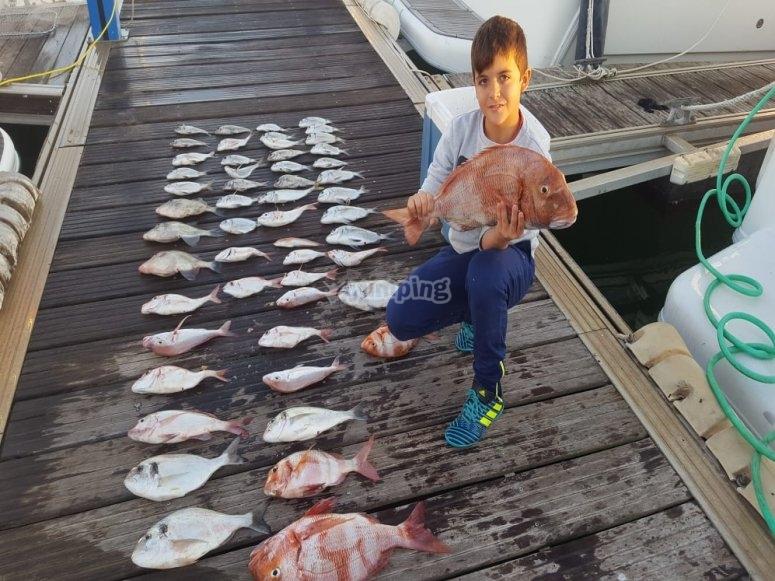 Nuestro joven pescador con sus capturas