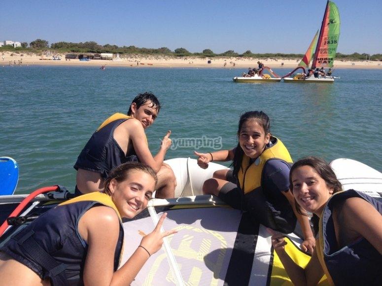 Grupo de amigos en el mar