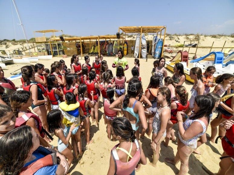 Grupo escolar en la playa