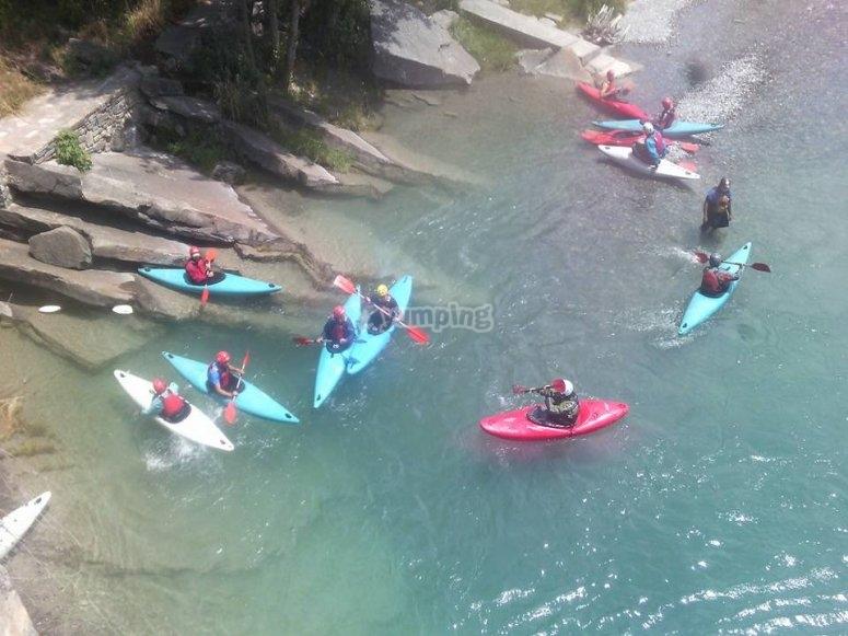 Chicos en las canoas