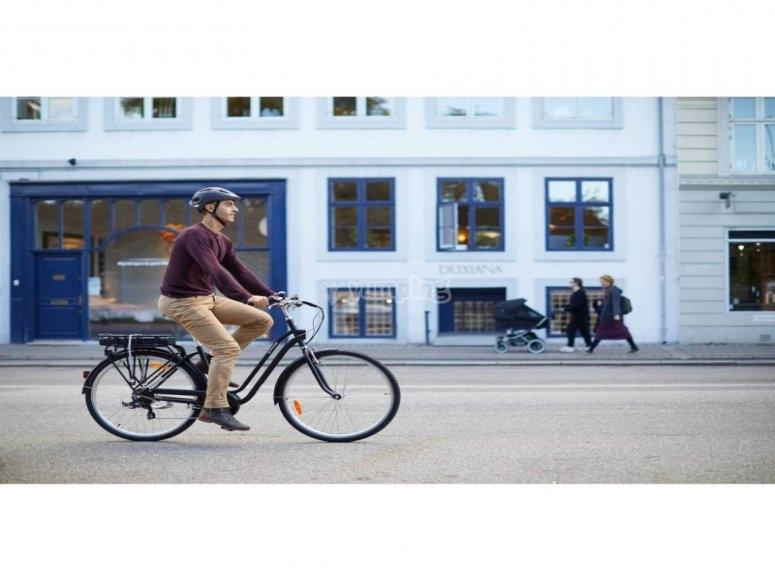 骑电动自行车穿过城市