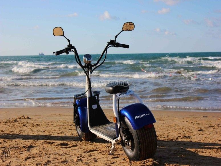 海滩上的电动直升机
