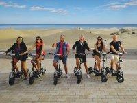 在大加那利(Gran Canaria)租用电动踏板摩托车的朋友