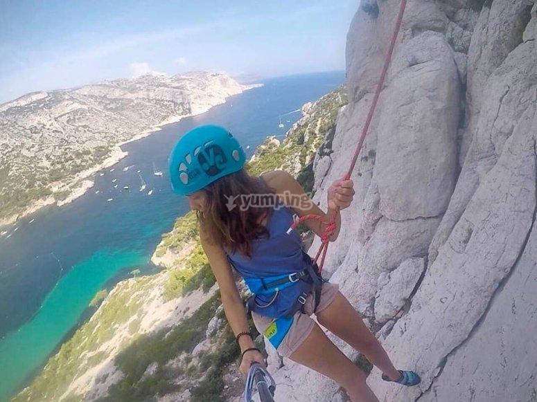 Una chica en plena escalada