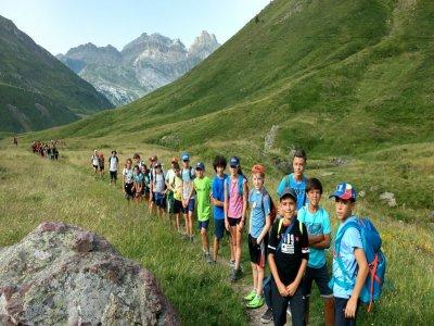 7月在Ordesa的多冒险营地儿童
