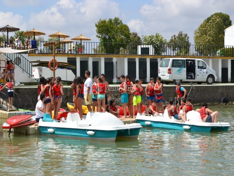 Montados en una barca a pedales