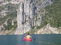 Aproximación en kayak hasta la ferrata en Canelles