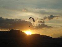 飞航班,而太阳落山